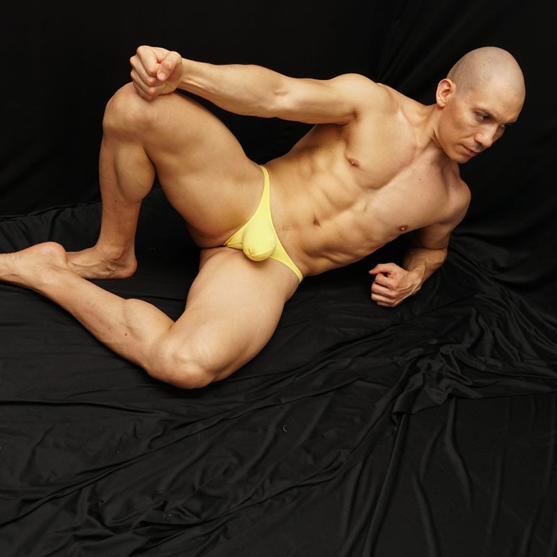 On line store in Chile for yellow bulge thongs for men front view