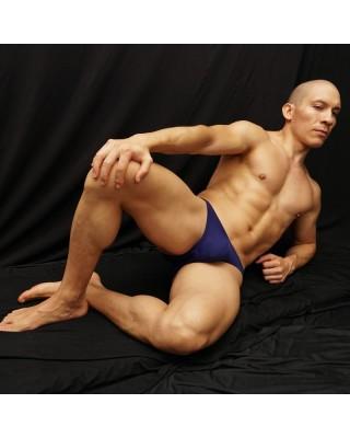 bikini de color Azul intenso y fuerte cobertura trasera regular y bien tapado.