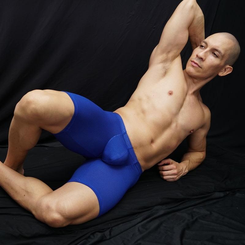 bulge short hombre malla azul, marcadora de culo y paquete, vista de frente acostado