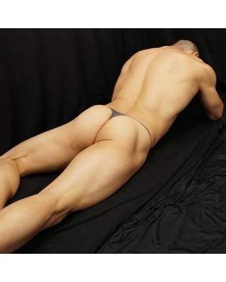 tanga para hombres modernos de microfibra malla gris, vista de espalda acostado