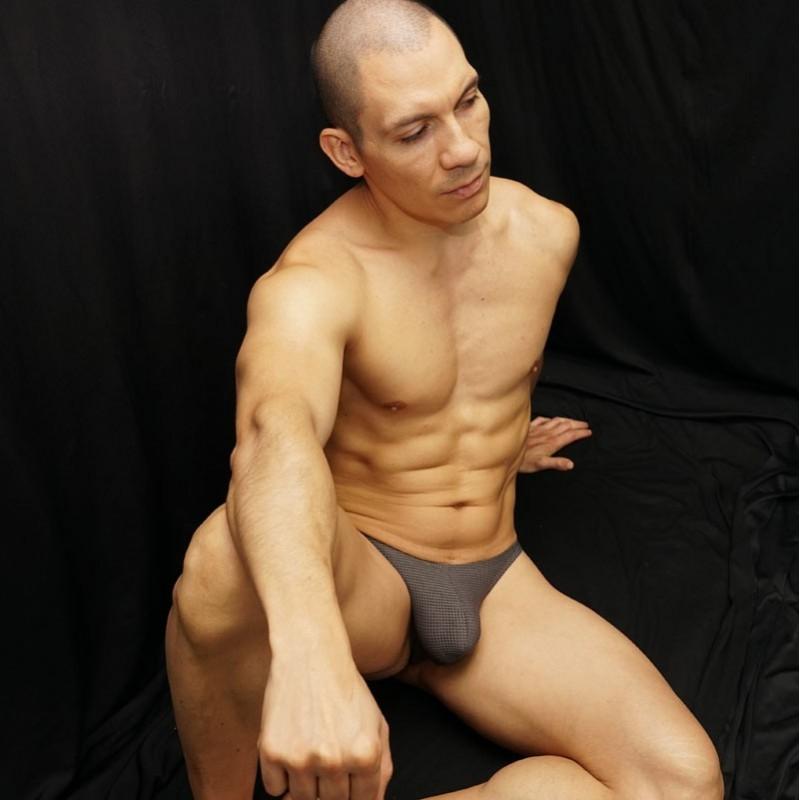 tanga para hombres modernos de microfibra malla gris, vista de frente sentado.