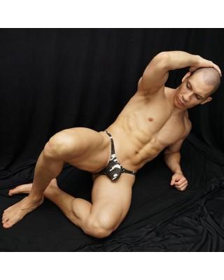 tanga bulge hombre camuflaje, algodon con elastano, vista acostado de frente