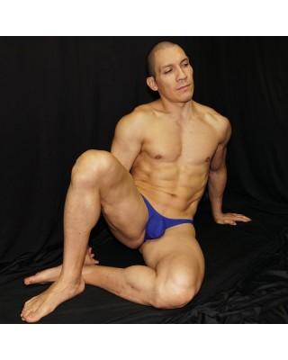 tanga hombre azul tipo bulge, vista sentado de frente