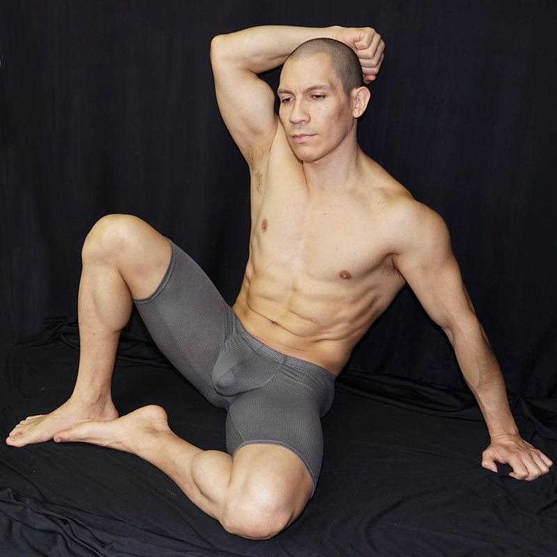men´s bulge short grey mesh, seated front view