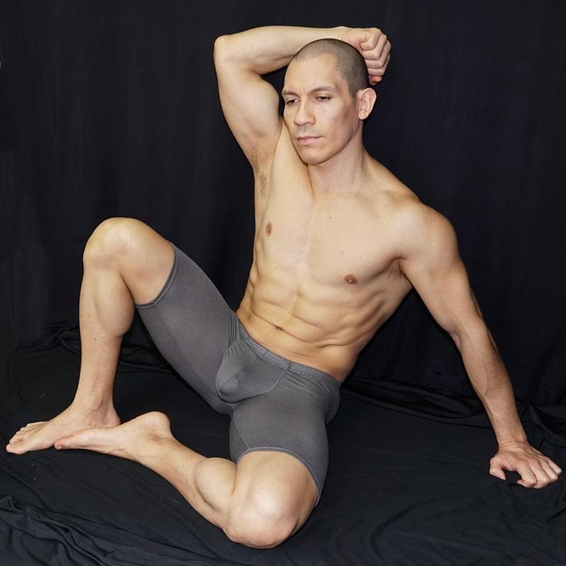 bulge short malla gris hombre, vista sentado de frente