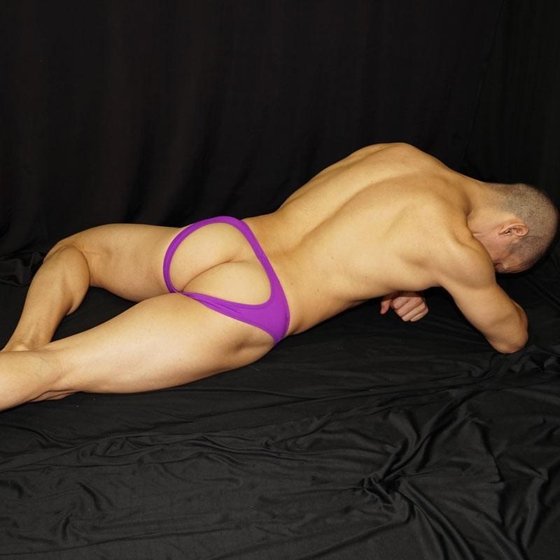 bikini hombre trasero descubierto purpura, vista acostado