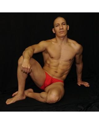 Bikini rojo hecho de suave microfibra para andar comodo todo el dia, vista sentado de frente