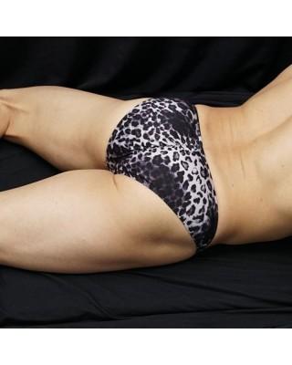 Slip bikini hombre cachetero leopardo negro, vista de espalda acostado.