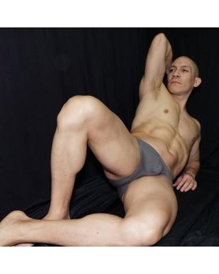bikini de fina malla perforada con elastano para el hombre de hoy. Vista acostado de frente