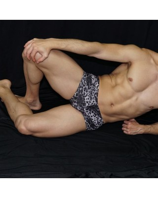 mini boxer diseño leopardo negro, cintura baja vista de frente acostado.