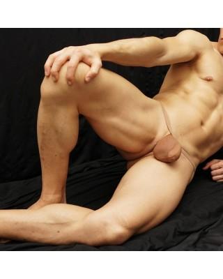 tanga bulge hombre hecho de medias de mujer color nude, vista acostado de frente