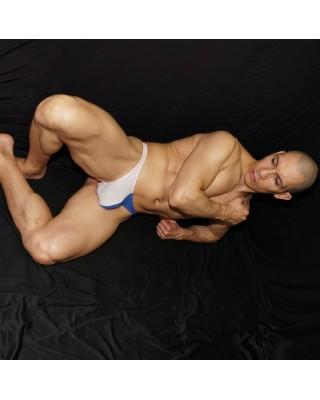 Tanga hombre malla tricolor blanco azul y rojo vista acostado