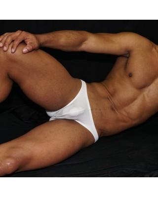 slip bikini sunga hombre color blanco, clásico en ropa interior varonil. Vista acostado de frente