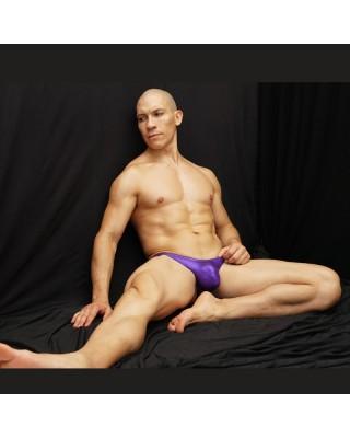 culturismo textura latex purpura, vista sentado de frente